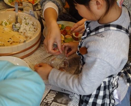 手まりずしを作っています