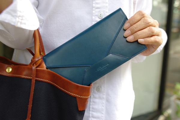 カバンから取り出している封筒型長財布Encase