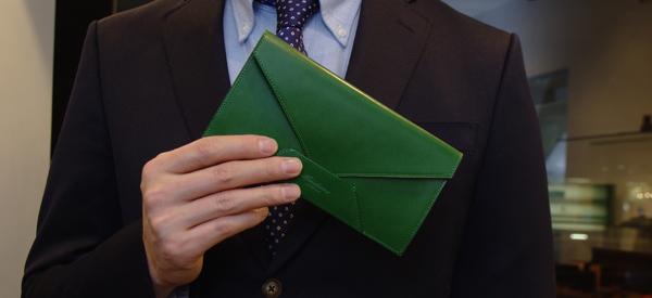 封筒型長財布とスーツ