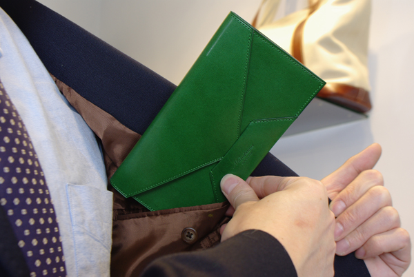 封筒型長財布を内ポケットに入れている写真