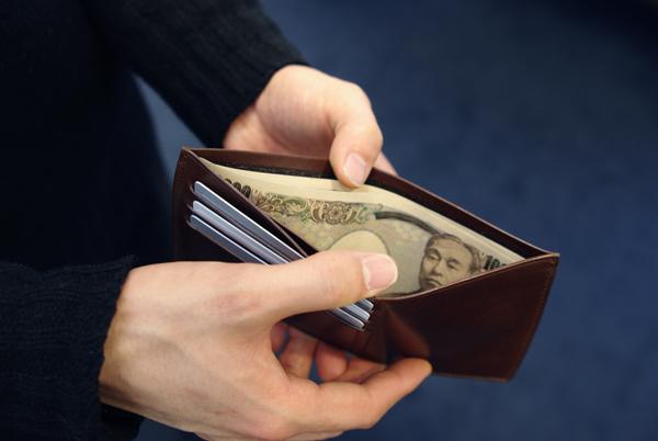 新商品の長財布 一万円札が入っている様子