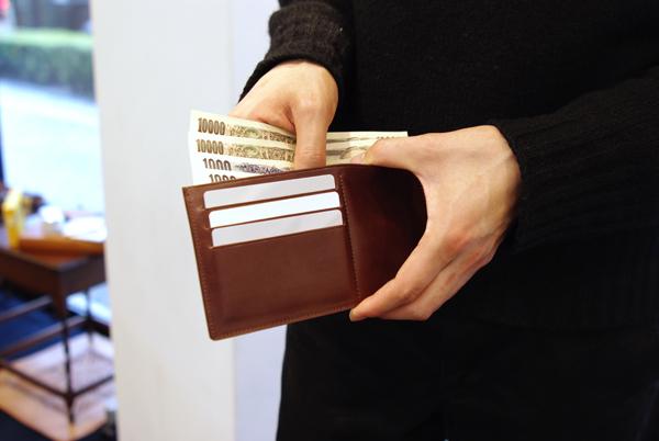 新商品の長財布 お札を入れている様子
