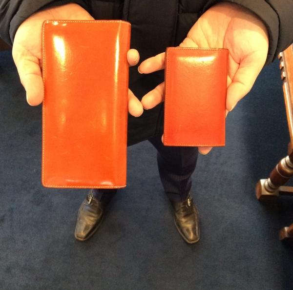 オレンジの長財布と名刺入れ
