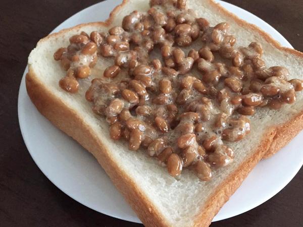 納豆を食パンにのせる