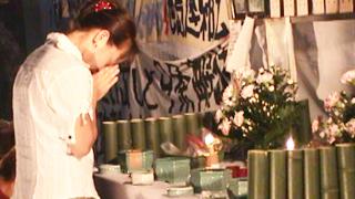 焼香壇で手を合わせる女性