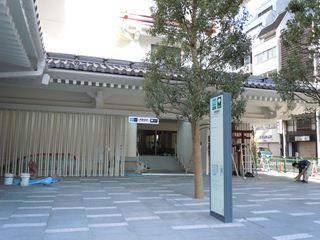 歌舞伎稲荷とメトロ入口