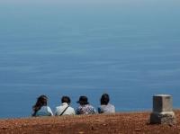 海を眺める女性達