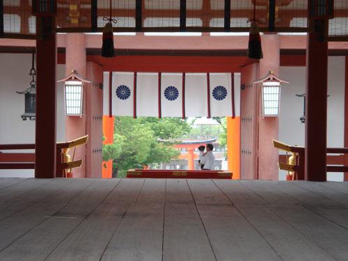外拝殿から桜門