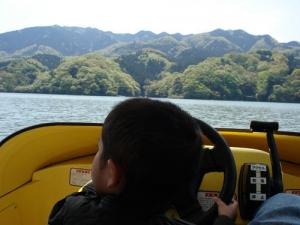 息子、エンジンボートを運転する。