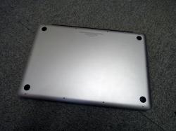 MacBookProの裏蓋を外します