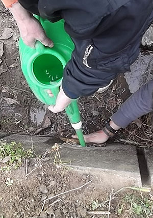 水路の水口から水を入れて導通チェックs.jpg