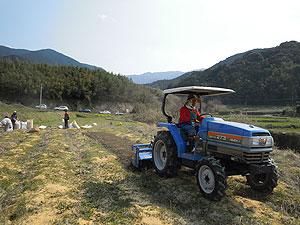 トラクターで耕す2047.jpg