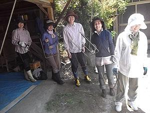 播種が終った育苗箱を運ぶのを待っている女性軍s.jpg