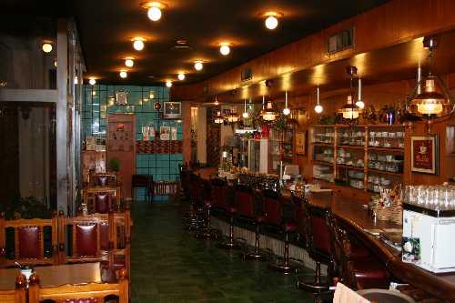 S字のカウンターのある喫茶スペース(32席9