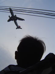 飛行機を見上げるうへぇ〜クン