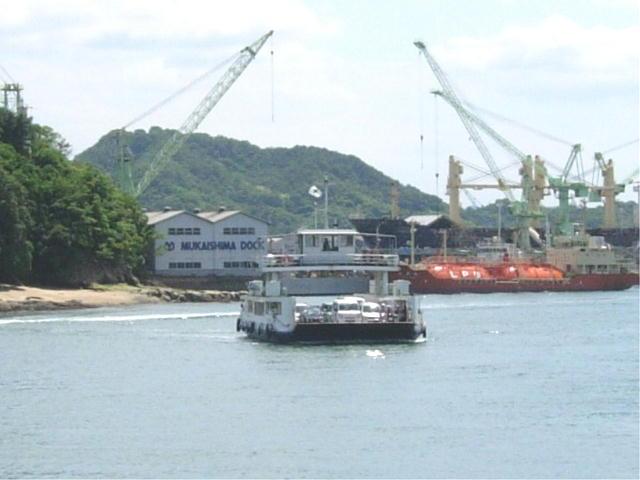 尾道駅前の海