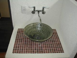 洗面のアップです!蛇口は壁つけのレトロ調のツーハンドル混合水栓です