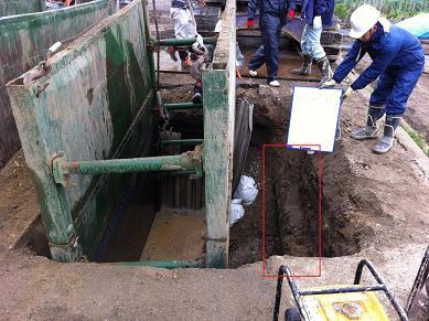 右の赤四角で囲んだのが水道の本管です。