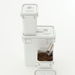 キッチン・ベランダ・車内などで、生ゴミ・洗濯物・おむつ・堆肥・濡れたものなど臭いの気になるものや濡れたものを入れるのに便利な気密性の高いボックスです。