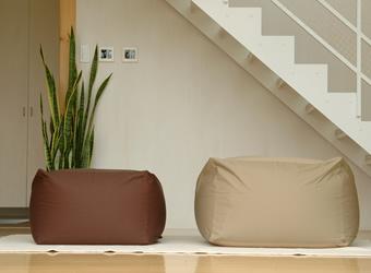ワンルームにも違和感なく置けるコンパクトサイズのミニとゆったり体をあずけて座ることができる通常サイズの2種類をご用意しています。また通常サイズは取替えができるようカバーのみでもお取り扱いしています。