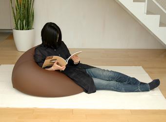 使い方はいろいろ。〜体にフィットするソファ・ミニ 使用例〜 寝椅子のかわりに・・・