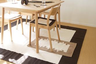 シンプルな色、デザインの家具でまとめたお部屋にちょっとした変化を。リビングとダイニングがひと続きであれば、くつろぐ空間と食べる空間を分ける仕切りとしての役割。椅子や床に置けば、家具や床を保護するだけでなく、座りごこちも快適に。家の中でいちばん人が集まり、長く過ごす場所である、リビングやダイニングでぜひお好みの空間を作ってみてください。