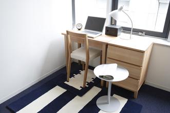 リビングのようなくつろぎとホームオフィスとしての落ち着きを兼ね備えたフロア・アクセンツの完成です。