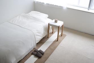肌ざわりよく、あたたかなウールガンタフトストライプマット。ベッドサイドに置けば、インテリアのアクセントとしてだけでなく、冷える冬の寝室で足もとを心地よくあたためてくれます。