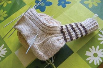 今回この編み方を教えてくださったのは、チェコに住むおばあちゃん。赤がとってもお似合いの素敵なおばあちゃんです。彼女のお母さんもよく家族のためにセーターや靴下を編んでいたそうです。そんなお母さんのそばでよくその毛糸で遊んでいた彼女は、編み方を自然に覚えていったそうです。