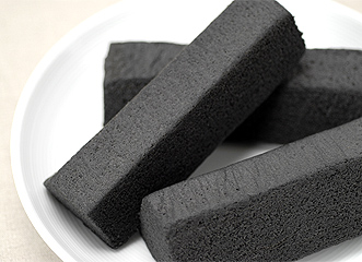 無印良品のお菓子の中でも、多くの人気を集めるバウム。バナナやスイートポテトなどのラインナップがそろうバウムに、新たな仲間が加わりました。黒豆、黒砂糖、黒ごまなど、黒い食べ物には健康や長寿に関連するものが多く、もちろん今回登場する黒バウムにも、そんな素材の秘密が隠されています。