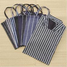 ゆったりとした着ごこちで風通しも良く、涼しく着られる甚平は、日本の気候にぴったり。和装のホームウェアでゆったりリラックスタイムをお過ごしいただけます。同じ素材で作った手さげ袋付きなので、ちょっとしたおでかけにも使えます。
