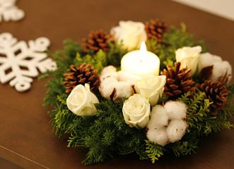 白とナチュラルな色だけでクリスマスリースをつくりました。壁にかけるだけでなく、テーブルの上に置いてみて下さい。リースのまん中にキャンドルを置いて照明を落とすと、ほっとする空間が現れます。ふたりで過ごす何もしないクリスマスも、こんなリースがあるだけで特別な夜になります。