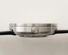 横から見ると、お皿に張った水が表面張力でほんのわずか盛り上がっているようにも見える、美しい仕上がりです。