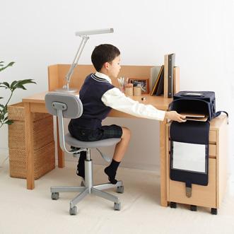 デスクのサイドには、ランドセルや手提げかばんをかけることのできる「フック」、机の上には、教科書やお気に入りの文庫本を整理できる「ブックスタンド」をつけました。キャビネットをサイドに出して使うことで2人並んで座ることができます。