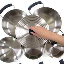 調理をする人、収納場所、あらゆるキッチンでのシチュエーションを考え、使い勝手にこだわりました。1つで5サイズの鍋にぴったり対応する兼用ふたなら、キッチンの収納スペースもすっきり片付きます。