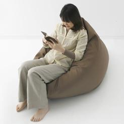ゆったりとした座り心地だけでなく、寝ころびやすさにもこだわり、からだ全体を包み込むような気持ちよさを追求しました。