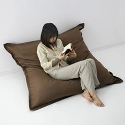 床に腰を落ち着けることの多い日本人の生活スタイルにあわせ、テレビを観たり読書するのに最適な、座面の低いソファです。