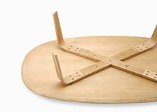 脚の位置はテーブルの内側にすることで、端に座った時に脚がぶつかって邪魔にならないよう工夫しています。