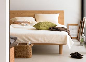 「シンプルですっきりしたかたちがいい」「とにかく寝心地のいいベッドをつくって」「ベッドのボリュームで窮屈になるのは嫌」など、モノづくりコミュニティー「みんなの家具づくり」プロジェクトに寄せられた声から、新しいスタイルのベッドが誕生しました。
