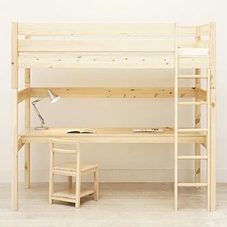 ベッドの下段にチェアと引き出しを置けば、学習机としても活用できます。ベッドは大人のシングルサイズと同じ大きさなので、長くお使いいただけます。使い込むほどに風合いの増すパイン材は、お部屋へのなじみやすさが特長です。