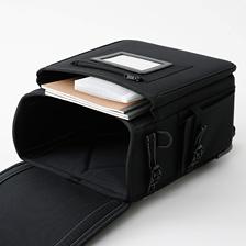 たっぷり収納の前ポケット—大きな前ポケットにはマチを付けました。収納力があり、教材の整理に便利です。側面にも小物用のポケットがついています。
