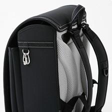 防犯対策—肩のベルトには、防犯ベル装着用のフックをつけました。ランドセル両側のテープは縫いつけ糸に反射材を編み込んでいるので、暗いところでも光に反応します。