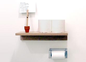 玄関で鍵や時計などを置いたり、トイレ内でトイレットペーパーを置く棚にしたり。小さな棚のスペースが、普段の生活を少し便利にしてくれます。