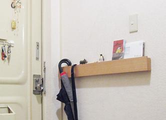 ハンガーにかけた衣類を吊るしたり、お気に入りの絵や写真をディスプレイするのにも便利な、長押のタイプです。