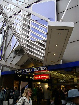 都会的な駅。