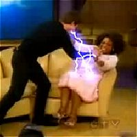 トム・クルーズがオプラ・ウィンフリーを襲ってる。