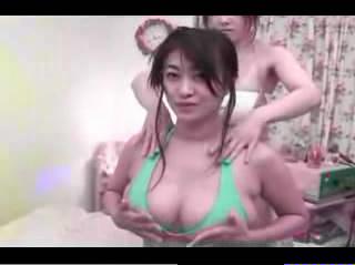 巨乳グラビアアイドル・沢地優佳のおっぱいマッサージ