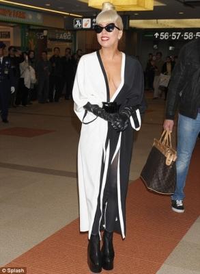 【国際】「レディー・ガガの両親は何て言うだろう?」成田空港での「胸をはだけた過激な衣装」に英紙も注目(画像あり)