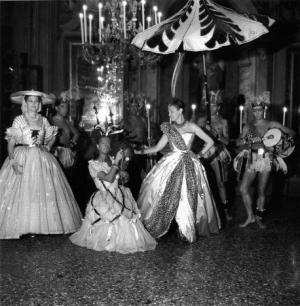 Ms Reginald Fellowes et sa suite (sa fille Comtesse Alexandre de Casteja) au bal Beistegui à Venise by Robert Doisneau