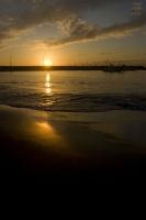 漁港に落ちる夕陽